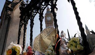 Kwiaty oraz list złożone pod bramami brytyjskiego parlamentu po ataku Khalida Masooda