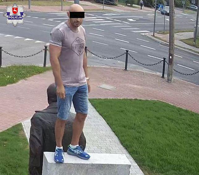 Usiadł na pomniku Lecha Kaczyńskiego. Odpowie za znieważenie pomnika