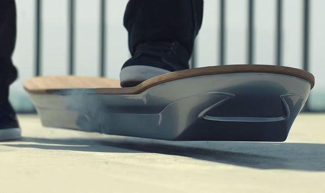 Jak to możliwe, że deskorolka Lexusa lewituje?