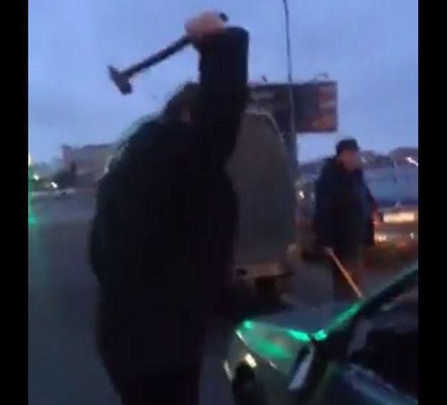 #dziejesiewmoto: drogowy agresor młotkiem zniszczył auto na środku ulicy