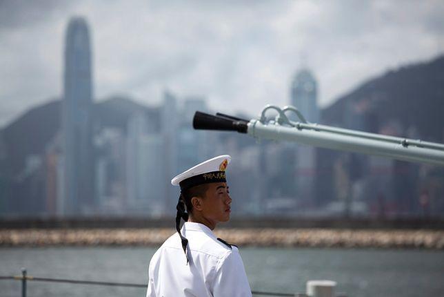 Chiński żołnierz marynarki wojennej u wybrzeży Hongkongu