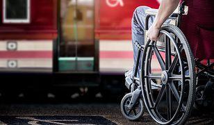 Często osoby poruszające się na wózkach inwalidzkich, muszą korzystać z pomocy życzliwych ludzi