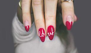 W tym sezonie najmodniejszymi wzorami na paznokcie są kompozycje wykonane przy użyciu lakierów o kontrastowych barwach