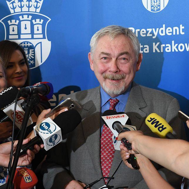 Wciąż wyżej w sondażu znajduje się Jacek Majchrowski.