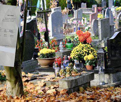 Pan Karol mówi, że musiał zapłacić 400 zł za otwarcie bramy cmentarza. Ksiądz proboszcz nie zaprzecza