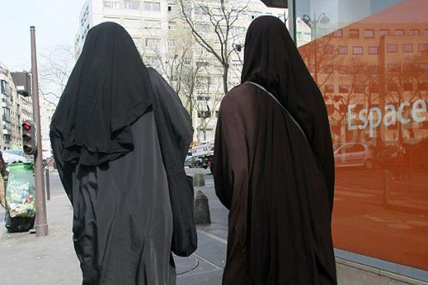 Cztery miesiące więzienia za odmowę zdjęcia muzułmańskiej chusty w urzędzie we Włoszech