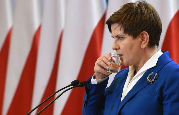 Tygodnik odnotowuje m.in. że Beata Szydło usunęła flagę europejską z pomieszczenia, gdzie organizuje swoje konferencje