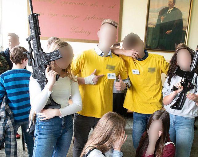 Tarnów. Podczas dni otwartych szkoły uczniowie pozowali m.in. z repliką broni zamachowca z Nowej Zelandii