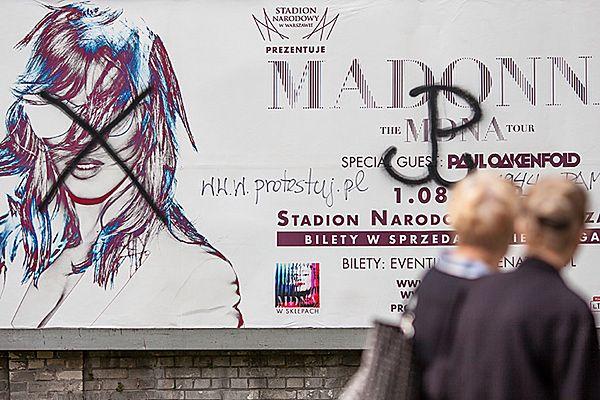 Zniszczony plakat promujący koncert Madonny w Polsce