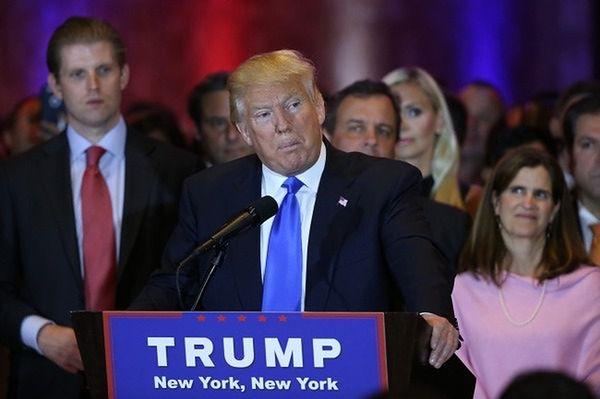Trump wygrywa w pięciu stanach, Clinton w trzech
