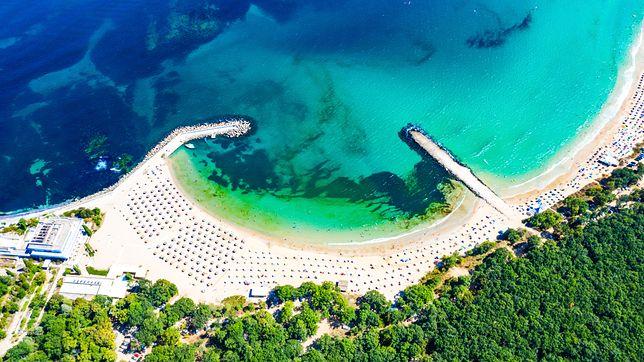 Plaża Perla w kurorcie Primorsko zachwyca zarówno kolorem wody, jak i położeniem