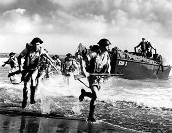 Żołnierze brytyjscy podczas desantu na plażę w Normandii