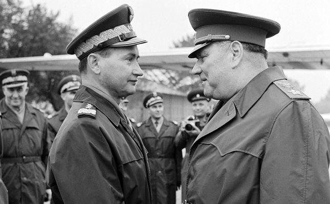 Minister obrony narodowej gen. broni Wojciech Jaruzelski (pierwszy od lewej) i marszałek ZSRR Iwan Jakubowski, 1968 r.