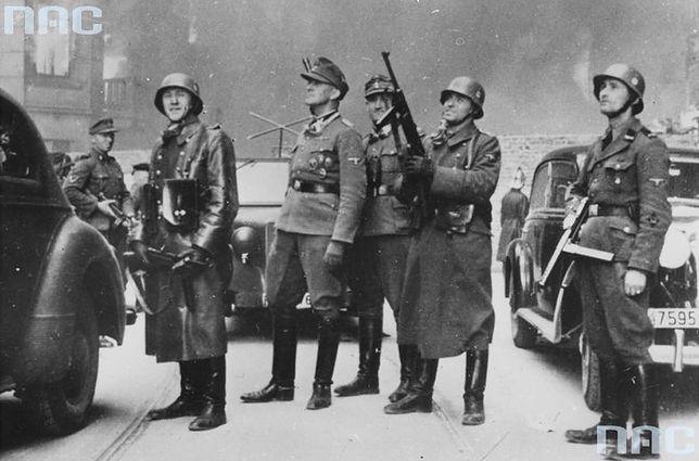 Waffen SS i policja niemiecka podczas likwidacji powstania w getcie warszawskim. Na pierwszym planie gen. Jurgen Stroop (czwarty z prawej) i Josef Bloesche (pierwszy z prawej)