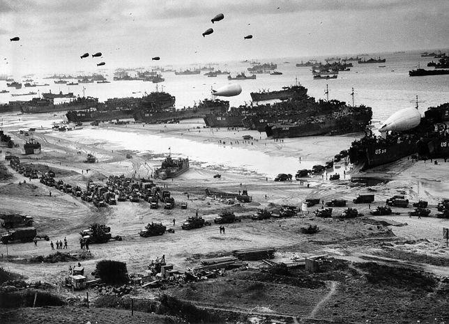 Wyładunek sprzętu i zaopatrzenia na plaży Omaha w czasie lądowania w Normandii