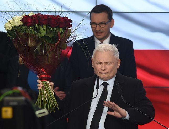 """Wieczór wyborczy w sztabie PiS. Jarosław Kaczyński stwierdził, że """"PiS zasługuje na więcej""""."""