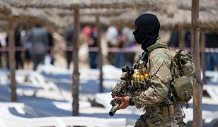 Tunezyjski żołnierz na plaży, gdzie doszło do ataku terrorystycznego