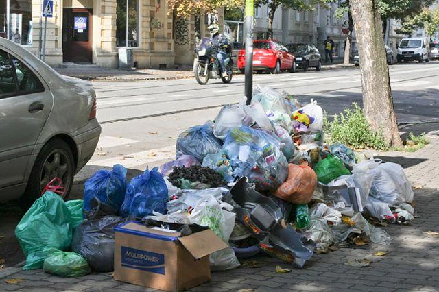 Ludzie mają dość - zatonęli w śmieciach - zobacz