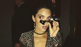 Kendall Jenner pozuje topless. Chciała odwrócić uwagę drogich butów?