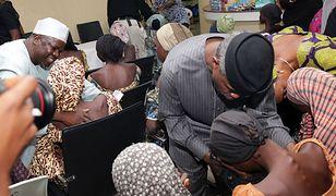 Wiceprezydent Nigerii Yemi Osinbajo wita dziewczęta uwolnione z rąk porywaczy w październiku 2016 r.