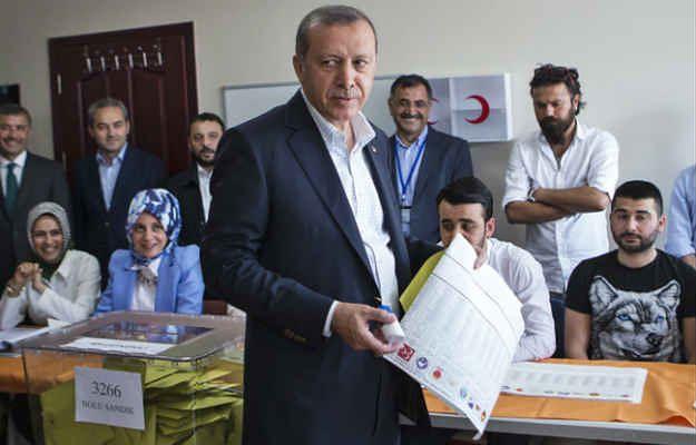 Prezydent Recep Tayyip Erdogan w lokalu wyborczym