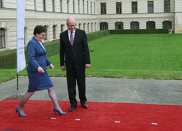 Ewa Kopacz i premier Czech Bohuslav Sobotka przed wspólnym zdjęciem na spotkaniu Grupy Wyszehradzkiej