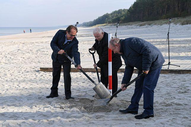 Jarosław Kaczyński uroczyście wkopał słupek
