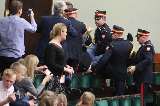 Awantura w Sejmie. Straż marszałkowska wyniosła mężczyznę z galerii