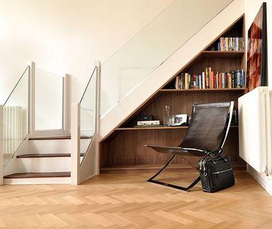 Zabudowa pod schodami. Sprytne pomysły na dodatkową przestrzeń w domu