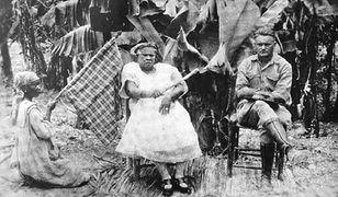 """Ti Memenne (w środku), królowa La Gonave i Faustin Wirkus, uznany za cesarza Faustina II. Fotografia z książki """"Biały król La Gonave"""""""