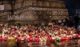 1 listopada, Na Placu Defilad w Warszawie ludzie zapalają znicze w miejscu samospalenia się Piotra Szczęsnego