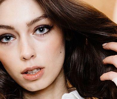 Mocny makijaż to połączenie ciemnych oczu i jasnych ust.