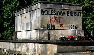 Zdewastowany grób Bolesława Bieruta na warszawskich Powązkach