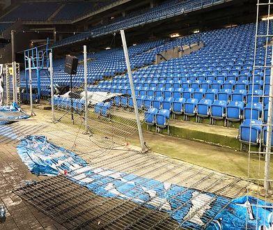 Zdemolowane ogrodzenie, wyrwane krzesełka i spalona murawa. To bilans meczu Lecha z Legią