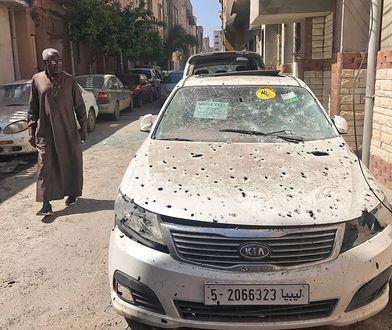 Mężczyzna ogląda skutki ostrzału w Trypolisie