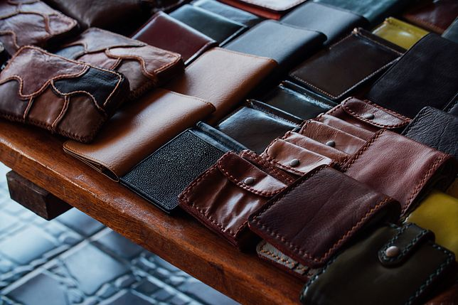 Eleganckie, skórzane portfele to klasyczne dodatki