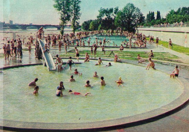 Warszawa. Takie były letnie miesiące nad Wisłą w stolicy. Ochłody i rekreacji przy brzegu zażywały tysiące mieszkańców miasta i turystów