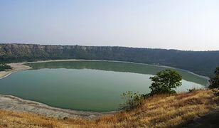 Jezioro Lonar przez większą cześć roku ma kolor niebiesko zielony