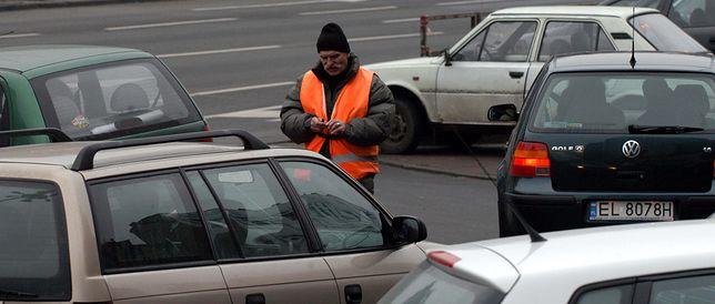 """Nie dasz złotówki, porysują ci auto. Problem """"parkingowych"""""""