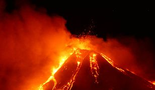 Włochy. Spektakularny wybuch Etny. Ogromne ilości lawy