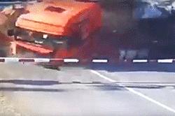 """#dziejesiewmoto [267]: wypadek na przejeździe, nieudany hol i """"mistrz"""" kierownicy"""