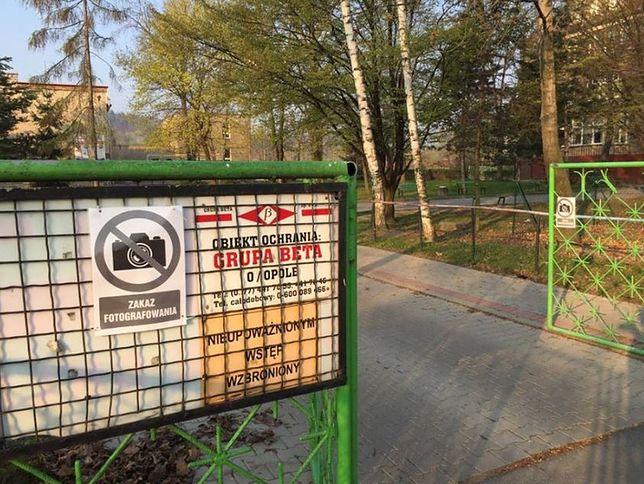 """Strajk nauczycieli. W szkole Zalewskiej grożą policją, na płocie """"zakaz fotografowania"""""""