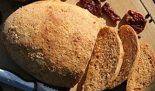 Chleb pomidorowy z pieprzem marynowanym