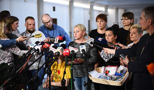 Iwona Hartwich oraz niepełnosprawni i ich opiekunowie podczas konferencji prasowej w Sejmie
