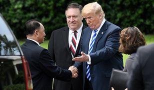 Donald Trump wita się z północnokoreańskim politykiem Kim Jong Czolem, który przywiózł mu list od Kim Dzong Una