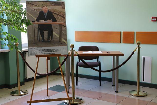 Końskie. Nietypowy eksponat w starostwie. To stół, przy którym Andrzej Duda podpisał ustawę Kolej Plus