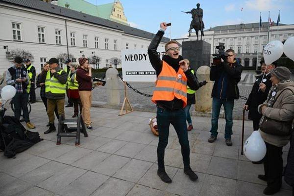 """Walentynkowy happening przed Pałacem Prezydenckim. """"KOD łączy, nie dzieli"""""""