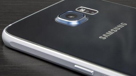 Smartfony Samsunga z kolorową poświatą przydatną przy robieniu selfie