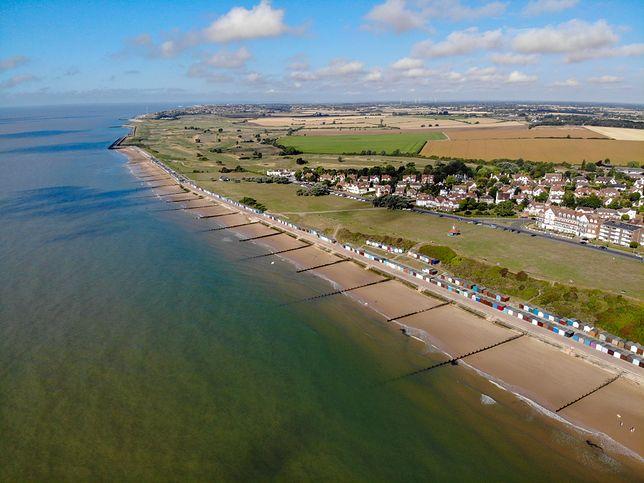 Problemy z oddychaniem na plaży w Frinton w Anglii. Przyczyna pozostaje nieznana