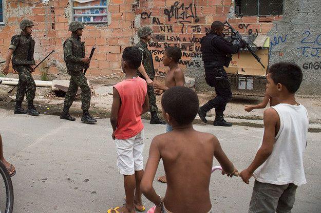 Policja i wojsko podczas jednej z akcji w fawelach Rio de Janeiro